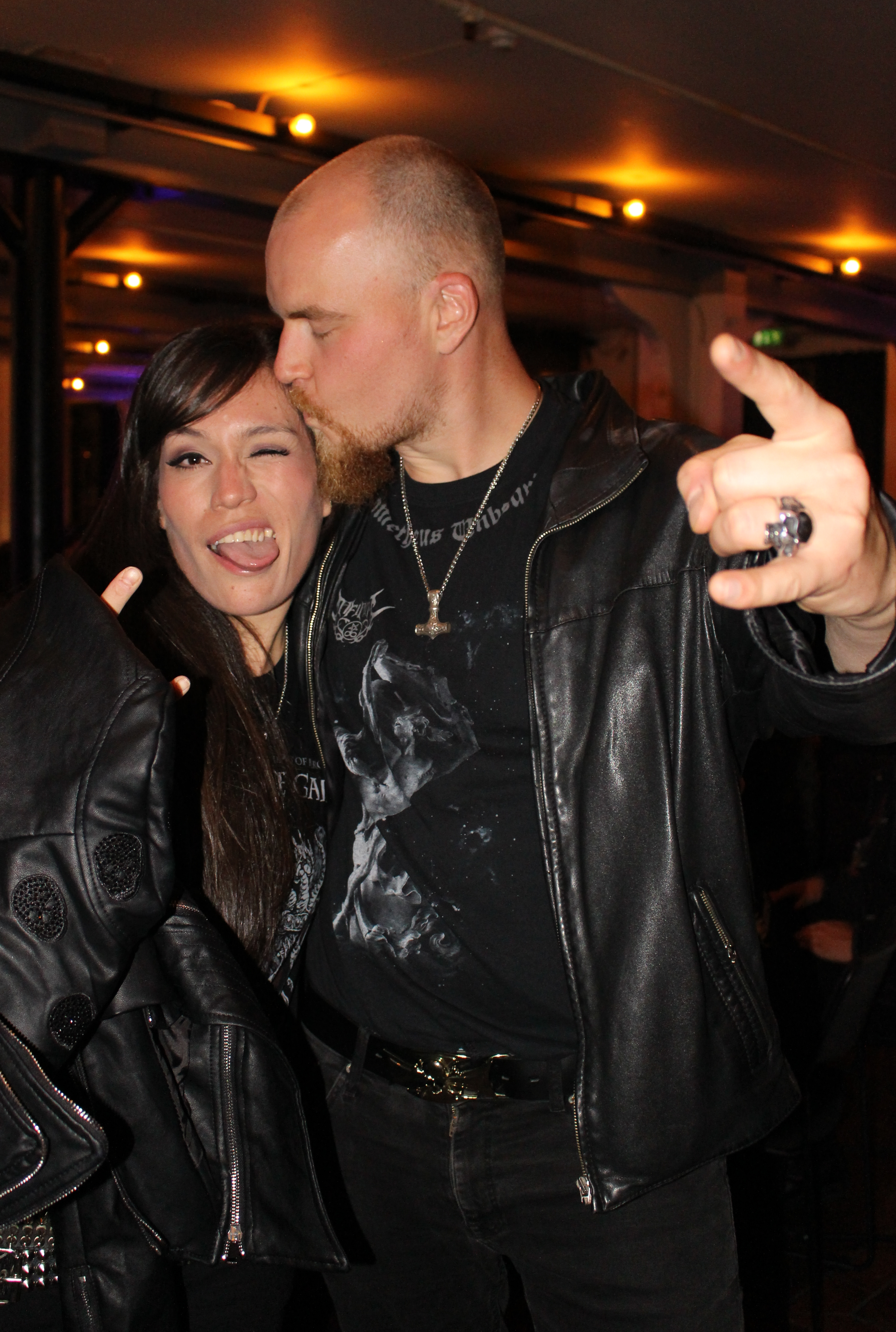 Patricia har kommet helt fra Mexico City, og poserer med den norske black metal-artisten Svartmunin (Foto: Vigdis Meidell).